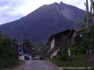 Profil Sjaya-gerbang desa gurki dan gunung sinabung