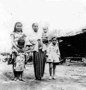 profile sjaya- ibunda Releng bru Sitepu beserta anaknya  (sesuai arah jarum) Nuraini bru Sembiring, Baik bru Sembiring, Rophian Sembiring dan Rasmi Sembiring pada tahun 1952